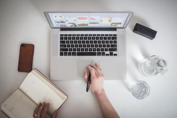 designer-working-on-laptop_925x